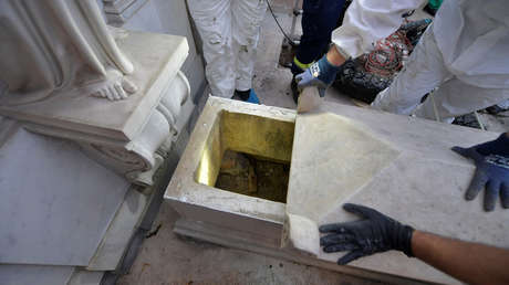 Operarios abren una tumba durante la investigación de la desaparición de Emanuela Orlandi. Vaticano, 11 de Julio de 2019