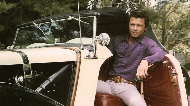 """Tito Lombana en su carro de colección cuando vivía en Medellín durante la década de los 70. (Fotos extraídas de """"The Smiling Lombana"""" -El sonriente Lombana-, un documental dirigido por su nieta Daniela Abad)"""