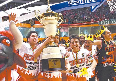 Vuelta. Con el trofeo en manos, Pichincha expone su título ante su gente. Foto: APG