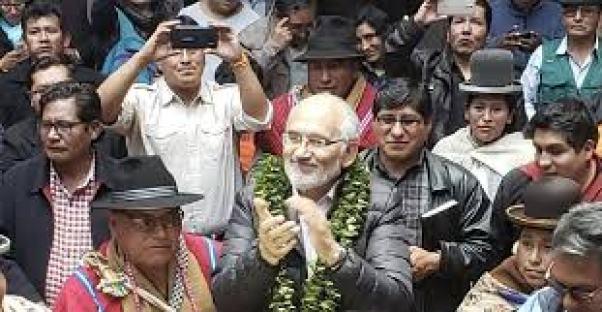 Resultado de imagen para Carlos Mesa candidato en campaña con la gente