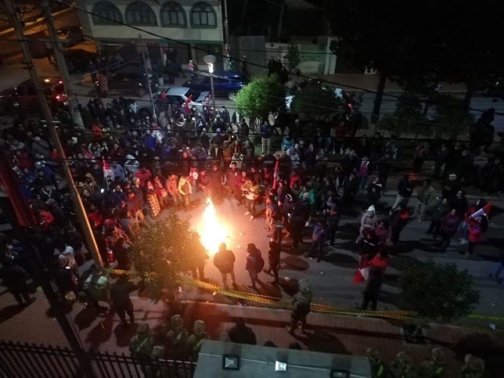 La gente hizo vigilia toda la noche en el exterior del Tribunal Electoral Departamental.