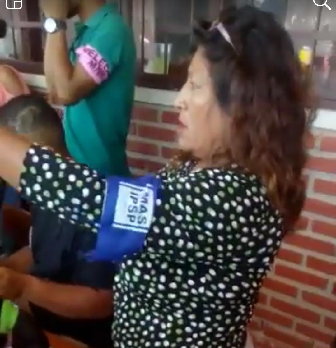 Denuncian que delegada del MAS quiere obligar a votar con un mismo lapicero