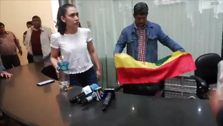 Salvatierra: «No me gusta esa banderita arrugada, me da vergüenza»