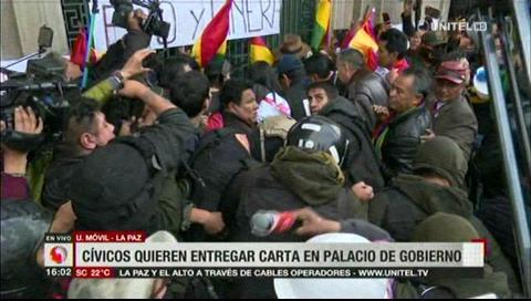 Cívicos ingresan a la plaza Murillo, quieren entregar la carta en el Palacio de Gobierno