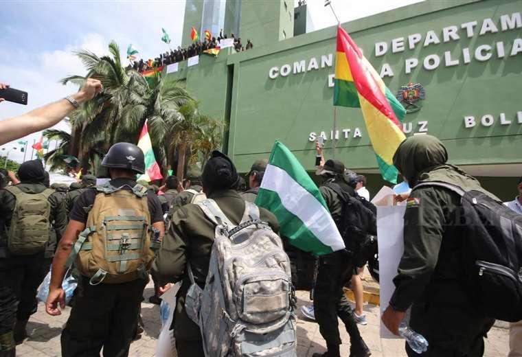 Policías marchan hacia el Comando en Santa Cruz. Foto Rolando Villegas