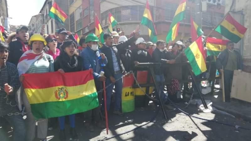 Ciudadanos cuidan plaza Murillo y evitan vandalismo