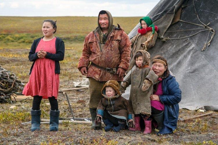 Una familia de la etnia nenet en la península de Yamal, en el norte del país (Shutterstock)