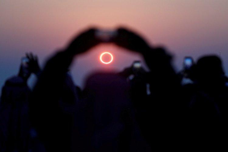 La gente fotografía el fenómono astrológico conocido como