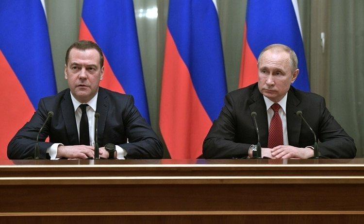 El presidente ruso, Vladimir Putin, y el primer ministro, Dmitry Medvedev, asistieron a una reunión con miembros del gobierno en Moscú, Rusia, el 15 de enero de 2020. (Sputnik / Alexey Nikolsky / Reuters)