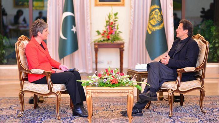 Ines Pohl, redactora jefe de DW con el primer ministro de Pakistán.