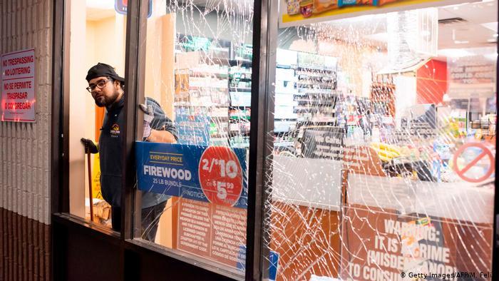 Daños en la vidriera de un local en Houston por la explosión. (24.01.2020).