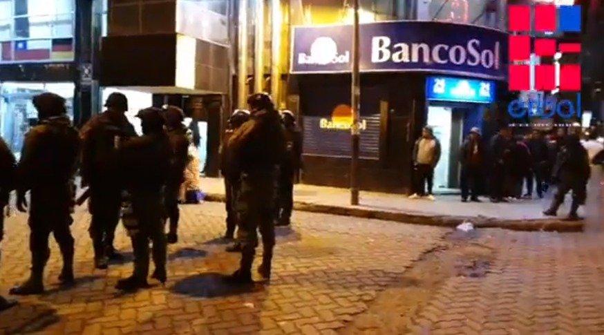Afines al MAS destrozan el hotel donde estaba Pumari; la Policía de El Alto intervino