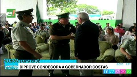 Diprove condecoró al gobernador de Santa Cruz, Rubén Costas