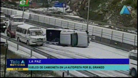 Fuerte granizada provoca vuelco de un vehículo en la autopista de La Paz