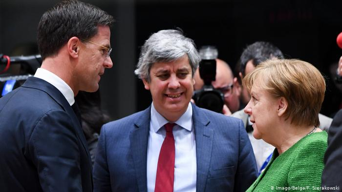 Mario Centeno (centro), presidente del eurogrupo. En la imagen también la alemana Angela Merkel y el holandés Mark Rutte.