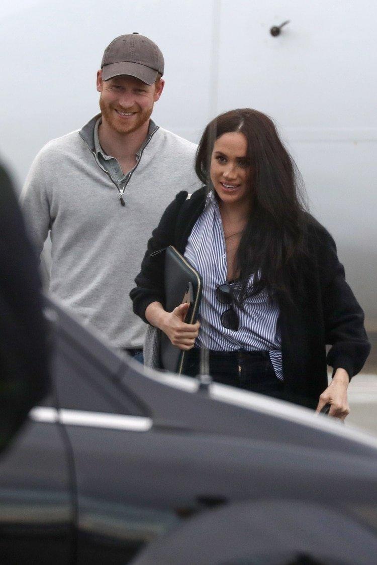 El príncipe Harry y Meghan Markle llegando a Canadá en un vuelo comercial tras un viaje de negocios a los Estados Unidos (The Grosby Group)