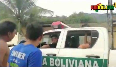 Momento en que ciudadanos reclaman a los policías por haber chocado el vehículo caldina.