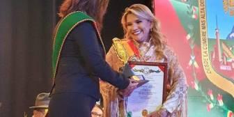 #ÚLTIMO – #ÚLTIMO #JeanineAñez recibe reconocimiento del Concejo Municipal de…