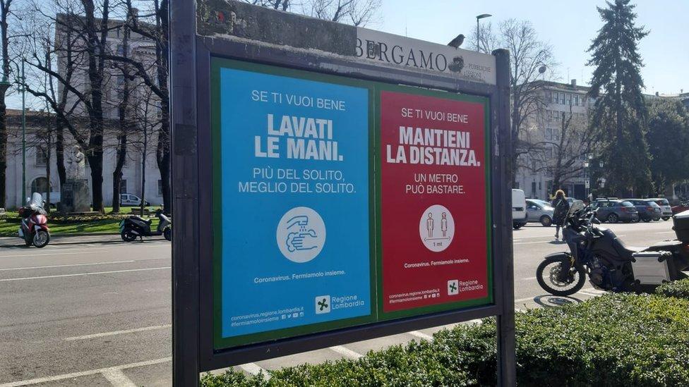 Carteles sobre el coronavirus en Bérgamo, Italia, el 16 de marzo de 2020.