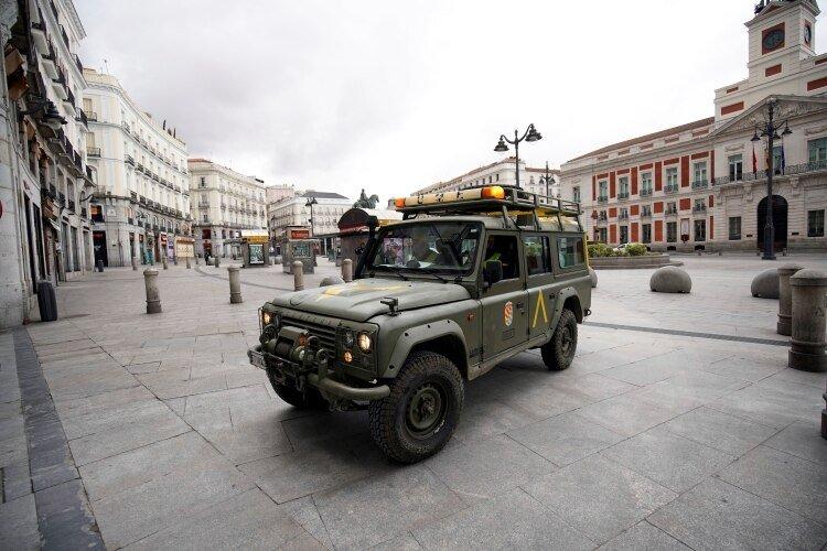 Un vehículo de la Unidad Militar de Emergencia en la Puerta del Sol de Madrid (REUTERS/Juan Medina)