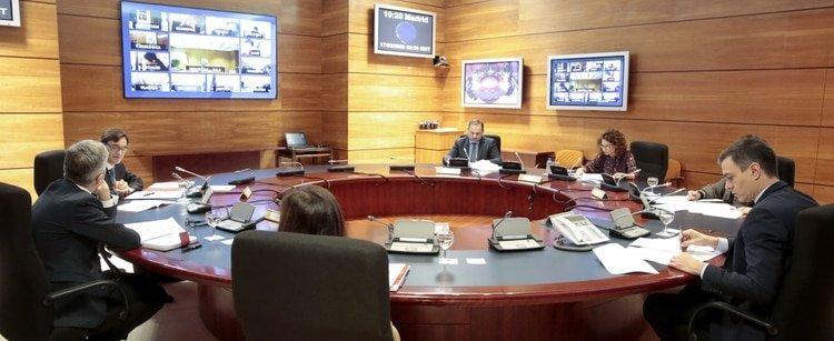 El primer ministro español, Pedro Sánchez, preside la reunión del gabinete con algunos de sus miembros por videoconferencia, durante un cierre parcial como parte de un estado de emergencia de 15 días para combatir el coronavirus (Palacio de la Moncloa via REUTERS)