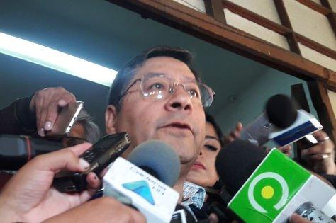 El candidato presidencial por el Movimiento Al Socialismo, Luis Arce, tras un encuentro con los medios. Foto. La Razón - archivo