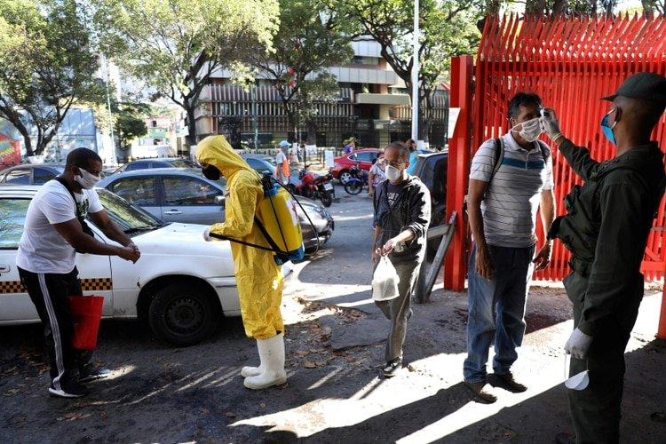 Venezolanos toman previsiones por el brote del coronavirus