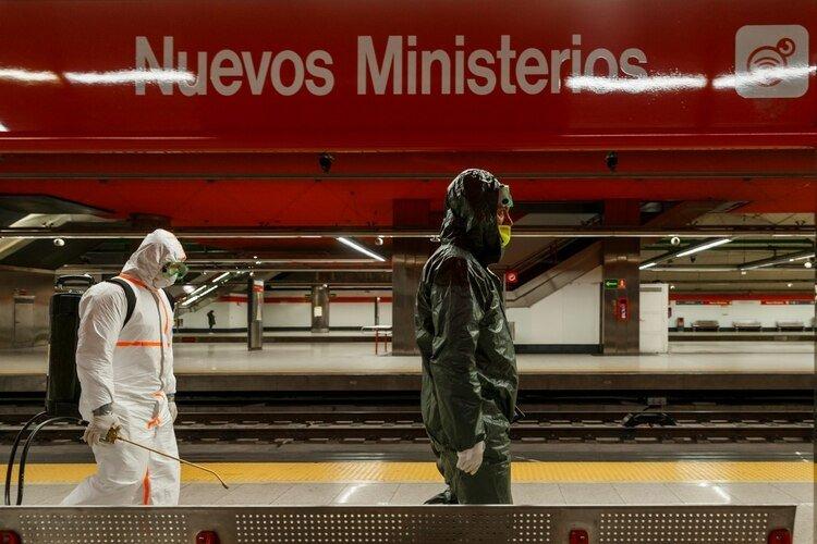 Trabajos de desinfección en la estación Nuevos Ministerios, en el metro de Madrid (AFP)