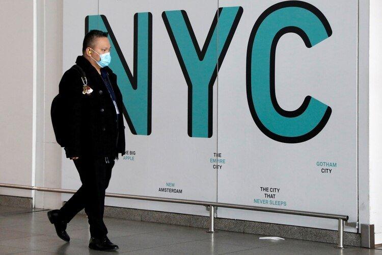 Un viajero usa una máscara facial como medida preventiva durante el brote de la enfermedad coronavirus (COVID-19) al llegar al Aeropuerto Internacional John F. Kennedy en la ciudad de Nueva York, EE.UU., el 20 de marzo de 2020. REUTERS/Brendan McDermid