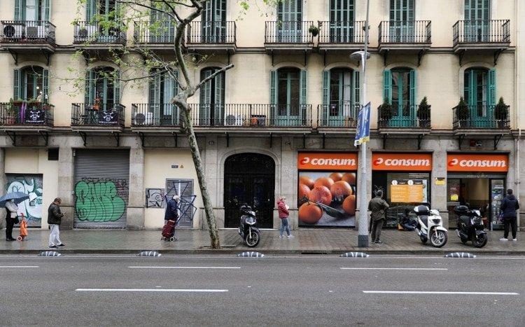 Colas para comprar en un supermercado de Barcelona (REUTERS/Nacho Doce)