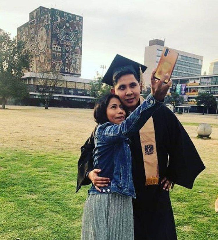 Yalitza Aparicio compartió con André Montes su graduación en Ciudad Universitaria (Foto: Instagram @andremontesf)