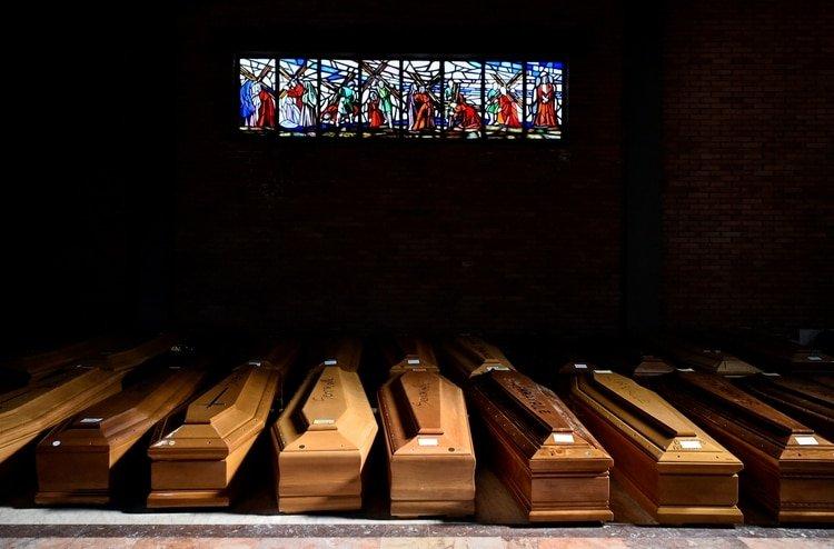 Los ataúdes con muertos por coronavirus se acumulan en la iglesia del cementerio de Serravalle Scrivia, en el norte de Italia (Reuters)