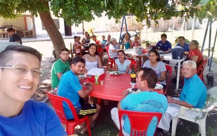 La selfie que se tomó Joselito Vaca, a la hora del almuerzo, con buena parte de su familia. Foto: Joselito Vaca