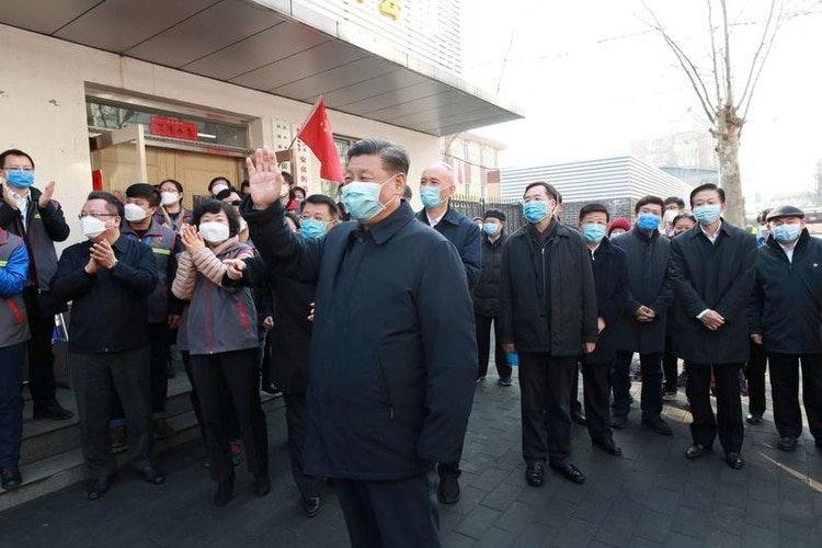 El jefe del régimen chino, Xi Jinping, inspeccionando el trabajo de prevención y control del coronavirus en la Comunidad de Anhuali, en Beijing. Su gobierno impidió la comunicación rápida del brote que tenía lugar en Wuhan. Por el contrario, censuró y castigó a quienes hablaban de un nuevo virus (Reuters)