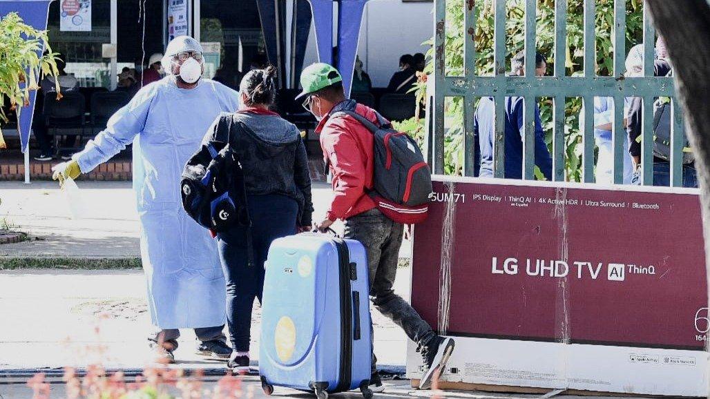 Los funcionarios aplican medidas de control a los repatriados en la Escuela Técnica de Salud. DICO SOLÍS