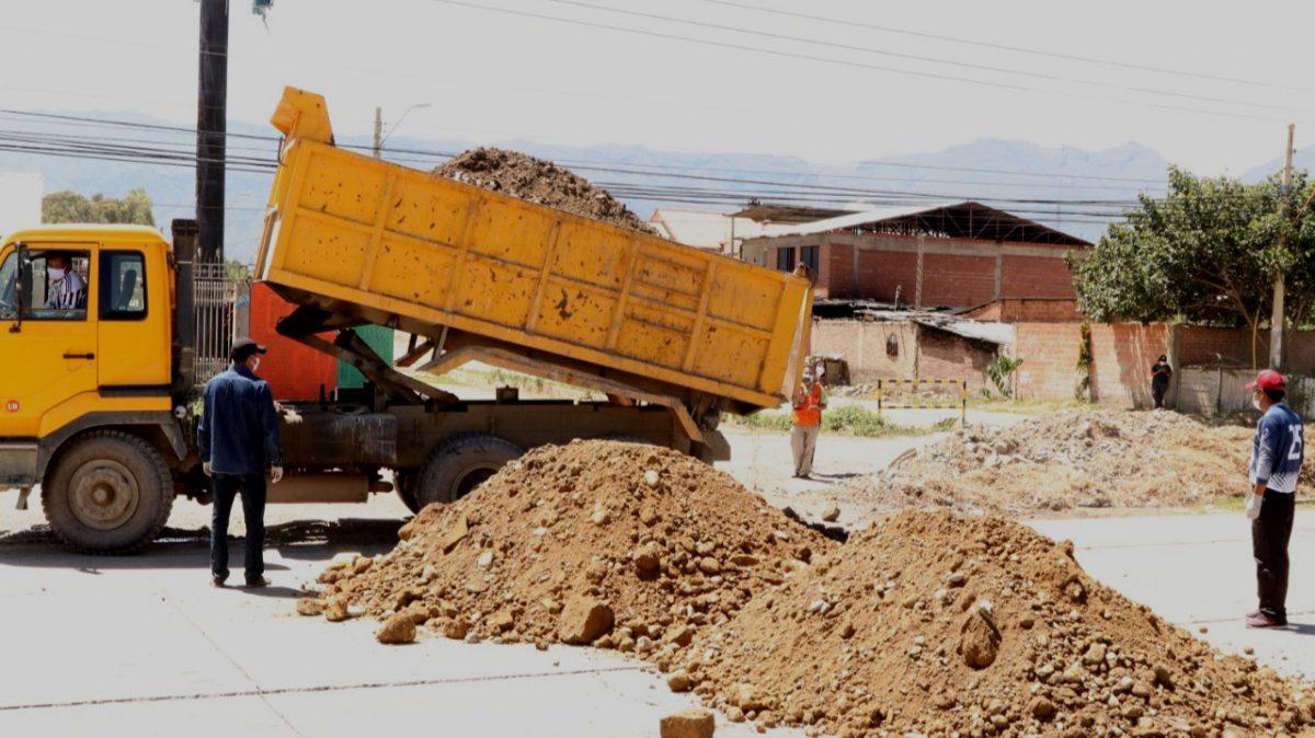 Camiones vacían tierra y agregados para cerrar los accesos a Quillacollo. CORTESÍA ALCALDÍA DE QUILLACOLLO.