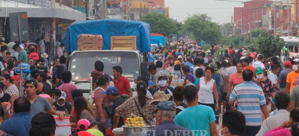 La gente se volcó a los mercados este jueves pese a las restricciones con el número de carné. Foto: Jorge Ibáñez
