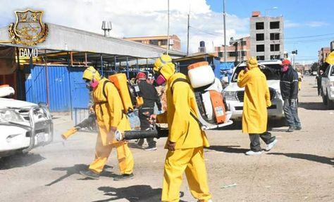 Un grupo de funcionarios fumiga un sector de la ciudad de Oruro como prevención contra el coronavirus.