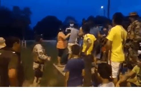 Momento del altercado entre vecinos y la Policía
