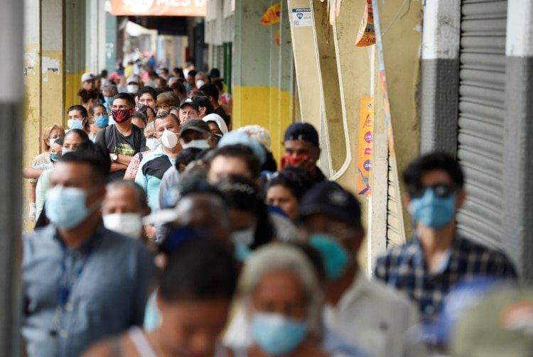 Gente hace cola para cobrar su pensión mensual antes de un toque de queda impuesto por el gobierno para prevenir la propagación de la enfermedad por coronavirus (COVID-19), en Guayaquil, Ecuador. 20 de marzo de 2020. REUTERS/Santiago Arcos