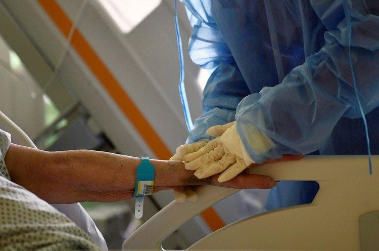 Miles de enfermeras y médicos están sometidos a un estrés que requiere de contención psicológica (REUTERS/Flavio Lo Scalzo)
