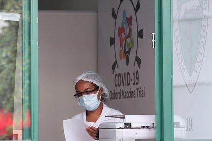Un empleado en el Centro de Referencia para Inmunobiológicos Especiales (CRIE) de la Universidad Federal de Sao Paulo (Unifesp) donde se realizan los ensayos de la vacuna contra el coronavirus de la Universidad de Oxford/AstraZeneca, en San Pablo, Brasil (Reuters)