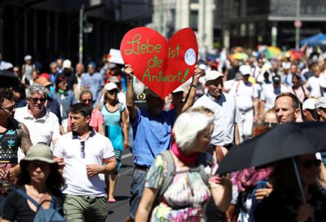 La manifestación por el fin de las restricciones se produce en un momento de gran preocupación entre el gobierno federal de la canciller Angela Merkel y los poderes regionales por el incremento de nuevos contagios (REUTERS/Christian Mang)