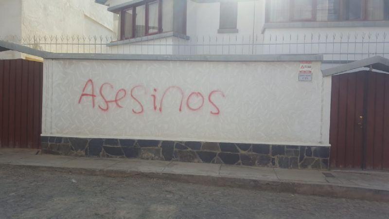 Casas de Irpavi amanecen pintadas con amenazas a los vecinos y vítores a Evo