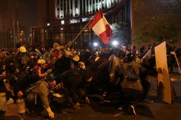 Manifestantes en las calles de Lima exigen la salida del presidente Manuel Merino