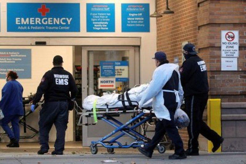 Imagen de un paciente llegando al Maimonides Medical Center, mientras continúa la propagación del COVID-19, en Brooklyn, Nueva York, Estados Unidos. 17 de noviembre, 2020. REUTERS/Brendan McDermid