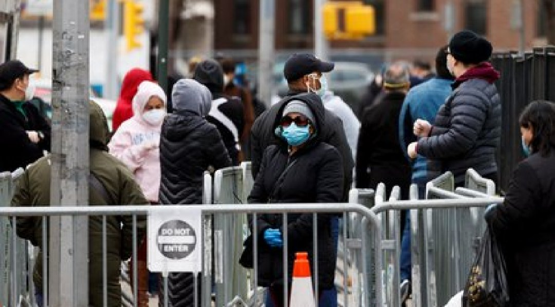 Varias personas esperan para ingresar a una revisión médica y hacerse una prueba de coronavirus, el 14 de abril de 2020, en el centro hospitalario Elmhurst de Queens, en Nueva York (EE.UU). EFE/Justin Lane/Archivo