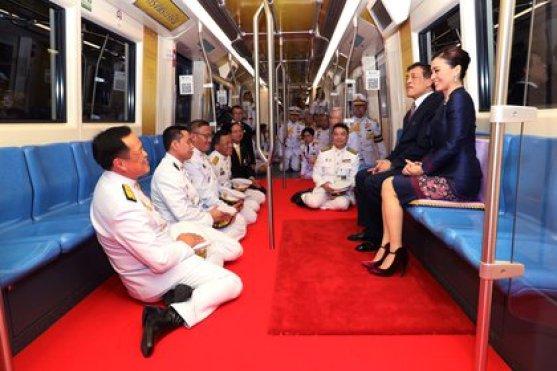 El rey Maha Vajiralongkorn y la reina Suthida de Tailandia viajan en un tren durante la inauguración de una nueva estación de metro en Bangkok, Tailandia, el 14 de noviembre de 2020. (Oficina de la Casa Real a través de REUTERS)