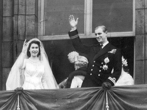 Mandatory Credit: Photo by ANL/Evening News/Shutterstock (861322a) La reina Isabel y el príncipe Felipe saludan a la multitud luego de contraer matrimonio