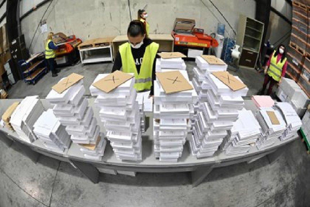 Una operaria organiza parte del material destinado a las elecciones autonómicas del 4 de mayo en Madrid (EFE/Fernando Villar)